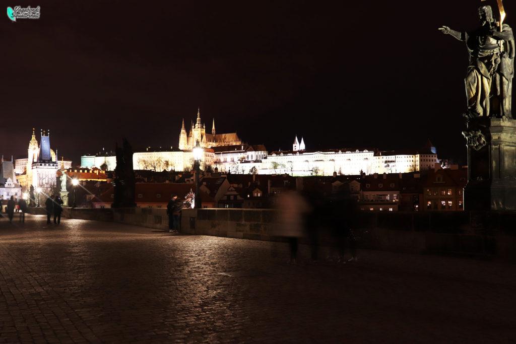 Vista notturna del Castello di Praga da Ponte Carlo