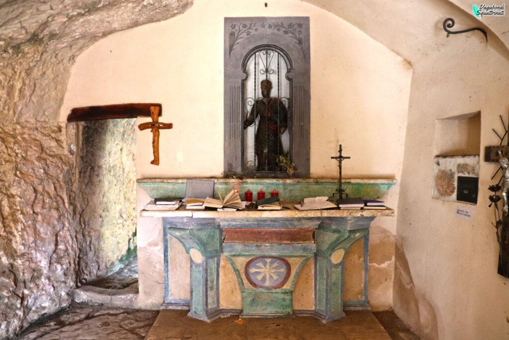 interno eremo San Bartolomeo in legio con statua