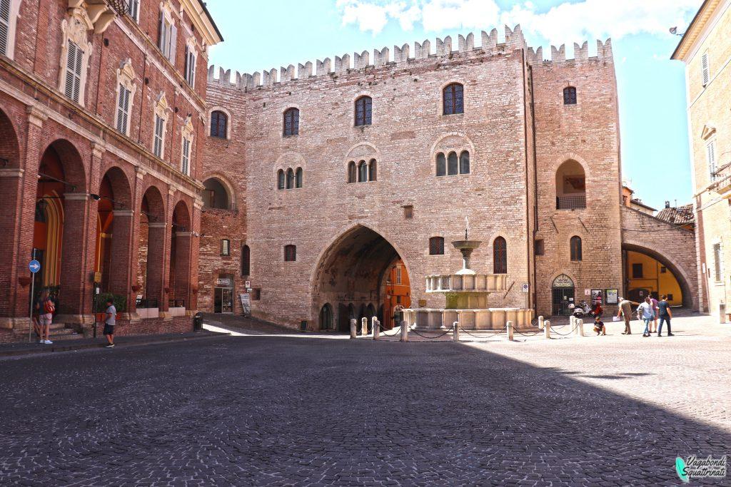 cosa vedere a fabriano Palazzo Podestà e Fontana Sturinalto